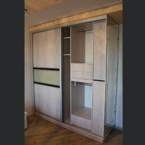 двухдверный шкаф купе со вставками из кожи
