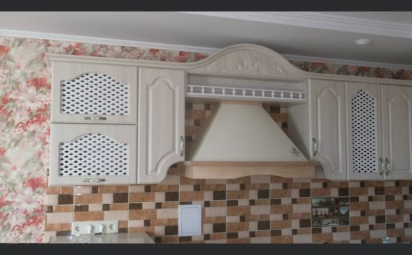 фасад с декоративной деревянной сеткой