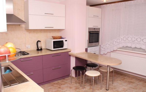 фиолетовая с белым кухня