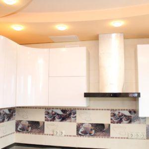 полукруглые глянцевые фасады кухни