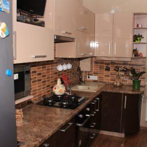 коричнево-белая кухня