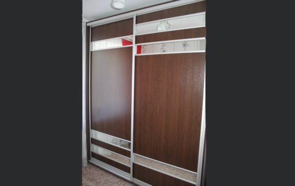 шкаф купе с декоративными зеркальными вставками