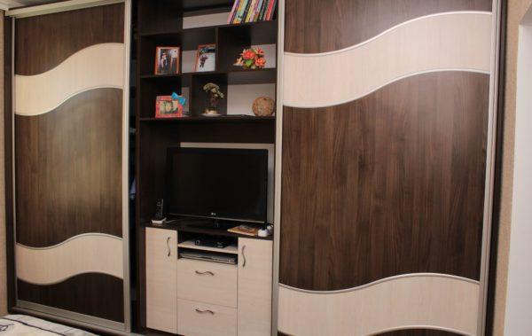 шкаф-купе со встроенной тумбой под телевизор
