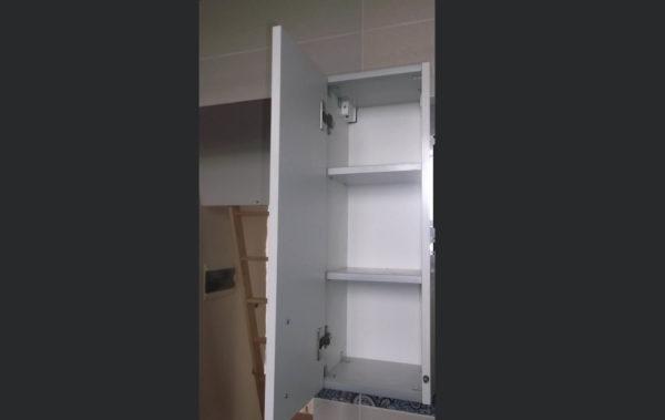 шкафчик с полками в ванную комнату